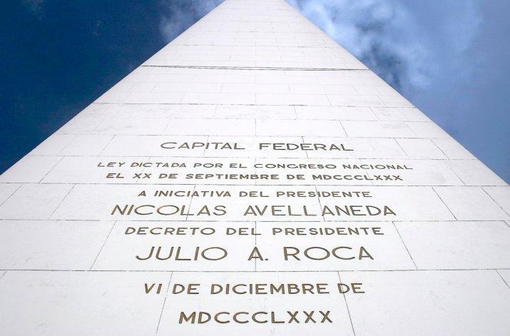En cada uno de sus lados están grabados los hechos más históricos de Buenos Aires.