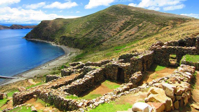 La isla en la época inca era un santuario con un templo con vírgenes dedicadas al dios Sol o Inti y de ahí su nombre.