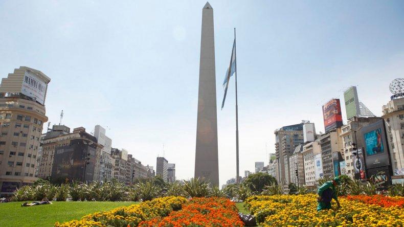 El Obelisco se alza en el cruce de 9 de julio y Corrientes.