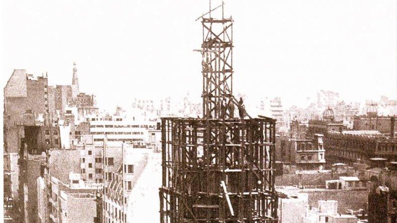 Al momento de su construcción este monumento simbolizaba el progreso y su levantamiento fue motivo de burlas por parte de algunos sectores.
