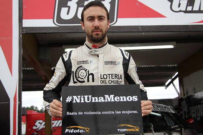 Gustavo Micheloud posó con el cartel que armó la categoría TRV6 en Concordia.