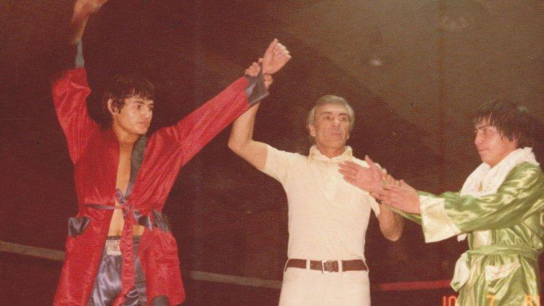 Zamora con los brazos en alto luego su tercer triunfo en el amateurismo.
