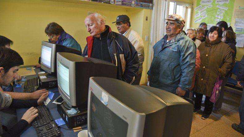 Los jubilados superaron la capacidad de turnos en el Centro de Petroleros y fueron derivados a otros puntos de atención.