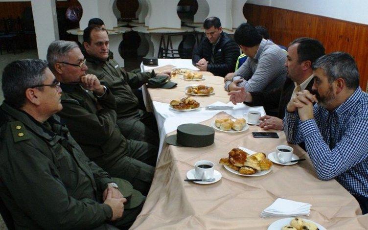 Oficiales de la Séptima Región de Gendarmería Nacional fueron recibidos el viernes por miembros del gabinete municipal encabezados por Jorge Lacroutz y el diputado por pueblo