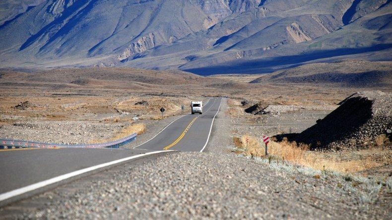 En la mayoría de las rutas de la provincia recomiendan transitar con precaución por humedad en las banquinas.