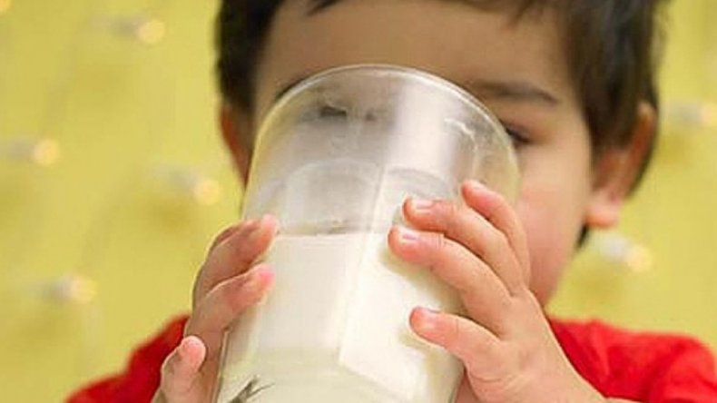 Después del frutazo, los productores regalarán leche