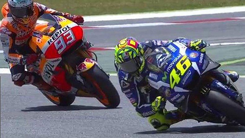El italiano Valentino Rossi es perseguido por el español Marc Márquez.