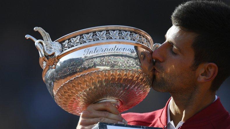 Novak Djokovic besa el trofeo del único Grand Slam que le faltaba ganar.