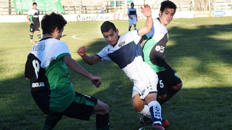 Eric Castro domina ante la marca de Matías Leviante y la presión de Leandro Latorre.