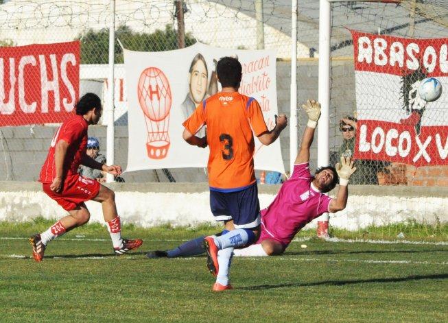 Gabriel Chaca Bustos marca presencia en el área rival para superar a Matías Andrade y marcar el gol del triunfo.