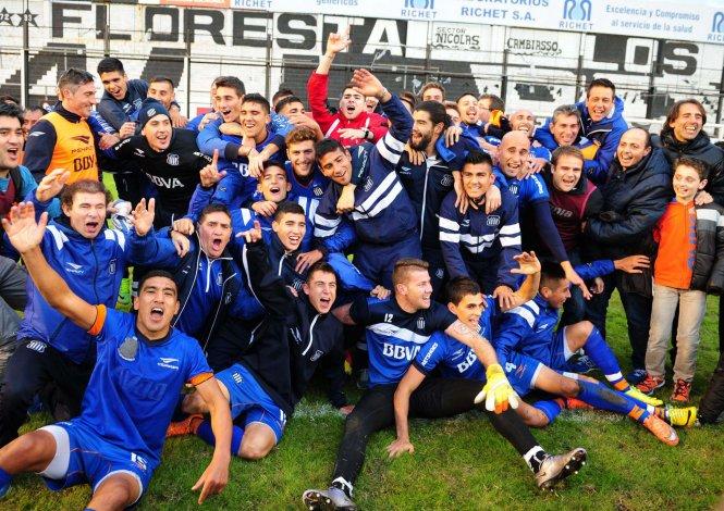 El festejo de todo Talleres de Córdoba ayer en Floresta que volverán a jugar en Primera luego de doce años.