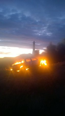 Robaron camioneta en Km 8 y la quemaron frente al faro