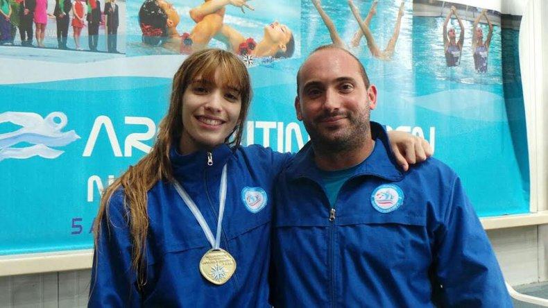 Julieta Lema con la medalla junto a su entrenador.