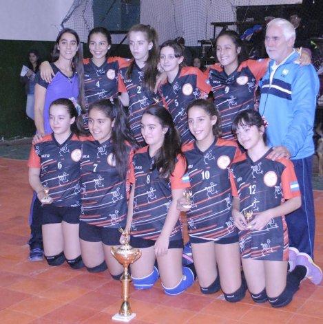 Las nenas de Choique con su copa de campeonas.