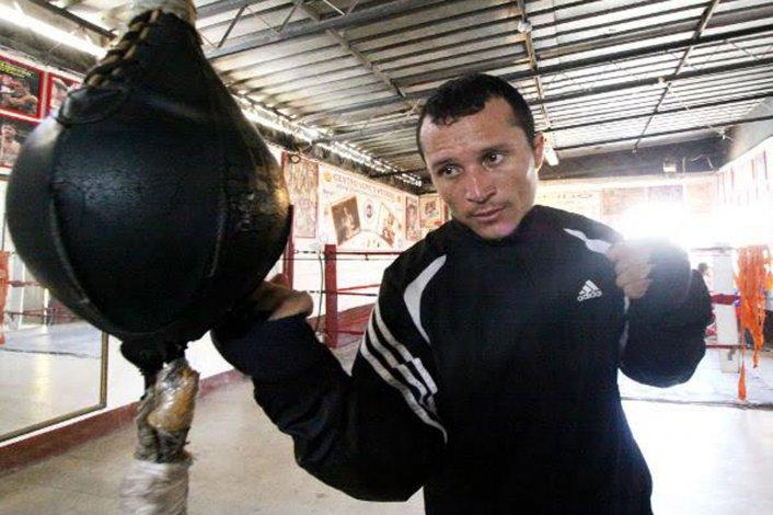 Breilor Terán llegaba anoche a Trelew para la pelea del sábado con el campeón Omar Narváez.