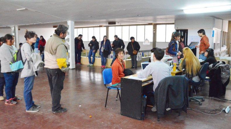 Ayer se registró una gran demanda para tramitar la tarjeta SUBE en la terminal de ómnibus.