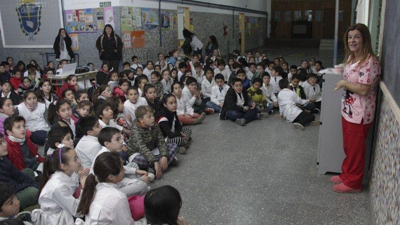 La primera charla se brindó para los estudiantes de la Escuela 12.