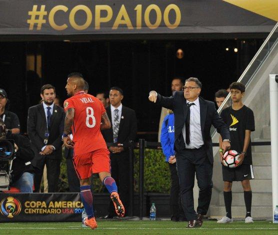 Gerardo Martino dando indicaciones en el partido que Argentina le ganó 2-1 a Chile en el debut de ambos por la Copa América del Centenario que se juega en los Estados Unidos.