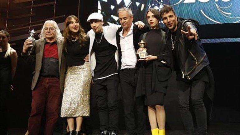 Familiares y músicos amigos recibieron el premio al Flaco.