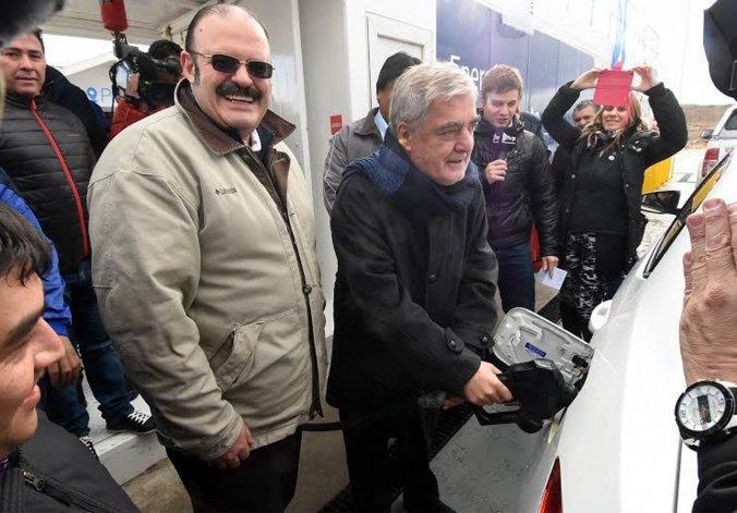 El gobernador al participar ayer de la inauguración de la estación PetroChubut en José de San Martín.