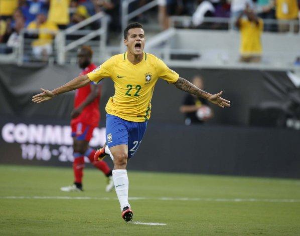 Phillipe Coutinho fue autor de tres tantos en la goleada brasileña de ayer.