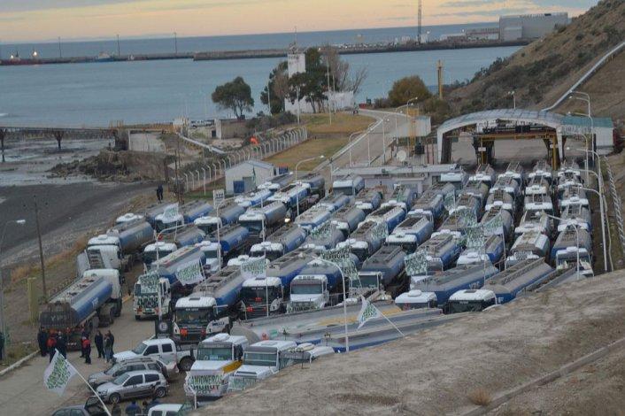 Camioneros paran la distribución de combustibles por 48 horas en todo el país