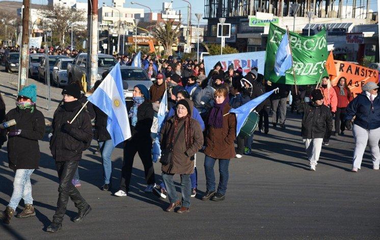 Los trabajadores municipales de planta permanente volvieron a manifestarse ayer por calles céntricas y retomaron el acampe frente al edificio central.
