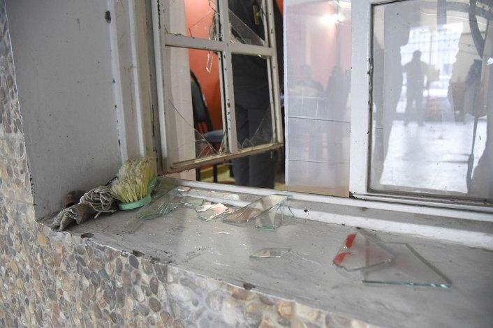 Los ladrones destrozaron una de las ventanas de la casa
