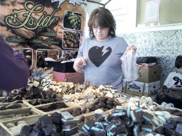 Camila y Sonia invitaron al público local a conocer una amplia variedad de artesanías y productos típicos de la cordillera que estarán a la venta en los stands de El Bolsón Expone.