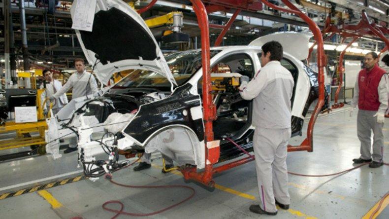 La Unión Industrial Argentina indicó que la producción industrial experimentó en abril una nueva contracción.