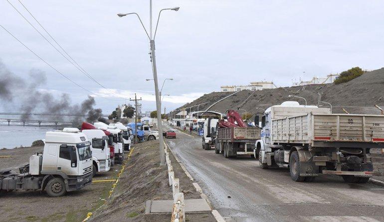 Aunque la planta de combustibles de Kilómetro 3 no está bloqueada los camioneros permanecen apostados en el lugar.