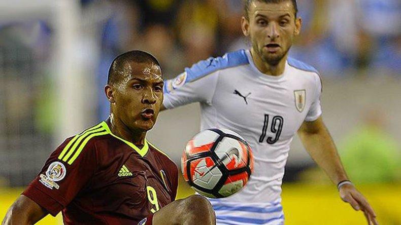 Salomón Rondón con el balón marcado por Gastón Silva en el partido jugado anoche en Philadelphia.