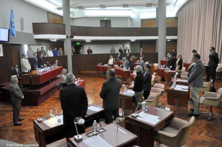 Durante la sesión se rindió homenaje con un minuto de silencio al fallecido ex diputado peronista Miguel Manara González.