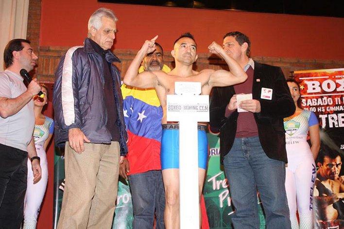 Omar Narváez dio 53 kilos exactos durante el pesaje oficial que se realizó ayer en el Casino Club de Trelew.