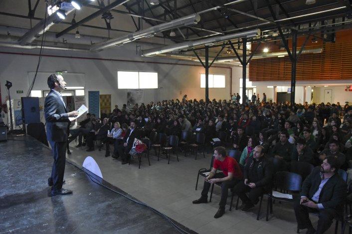 Un importante número de estudiantes asistieron a la disertación de los expositores quienes transmitieron su experiencia emprendedora en diferentes rubros de negocios.