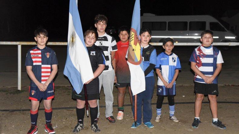 Los abanderados durante el acto inaugural del Encuentro de Rugby Infantil ayer en cancha de Calafate RC.