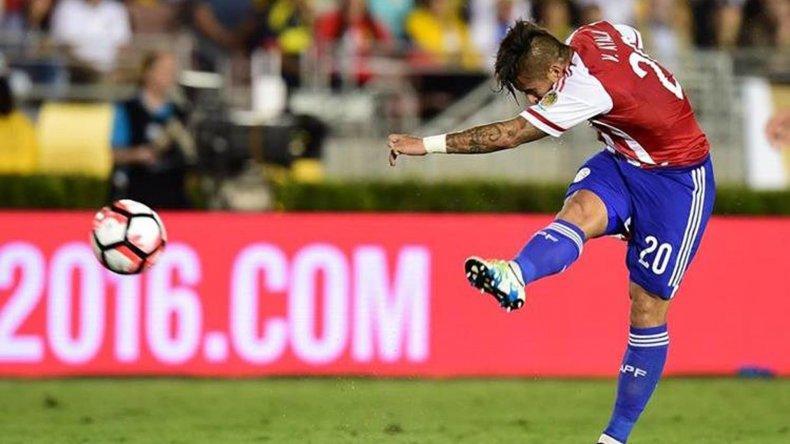 Víctor Ayala prueba un remate desde muy lejos en el gol del descuento ante Colombia.