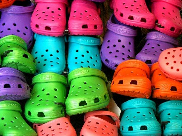 Advierten sobre el daño que puede causar usar calzado tipo crocs