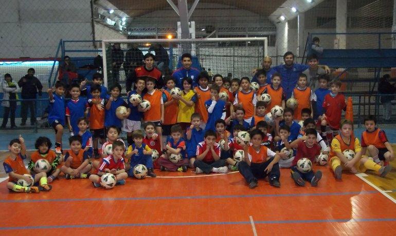 Parte de los chicos que asisten a la escuelita de fútbol y sus profesores.