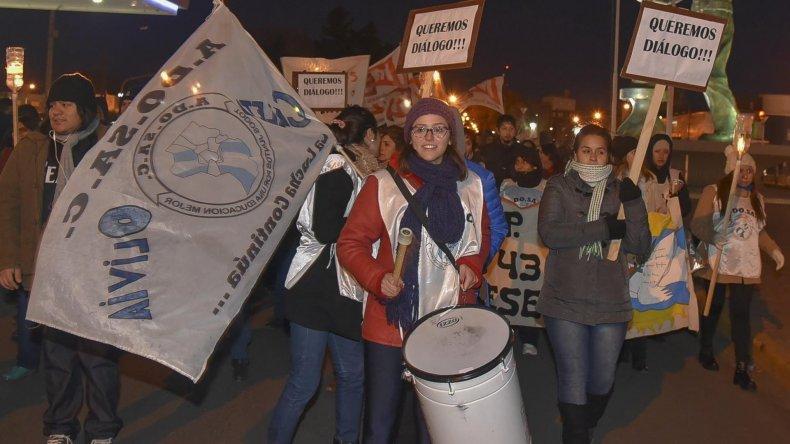 Las marchas de protesta de docentes se vienen sucediendo desde principios del ciclo lectivo en toda la provincia. Los gremios definirán hoy si aceptan la nueva propuesta salarial.