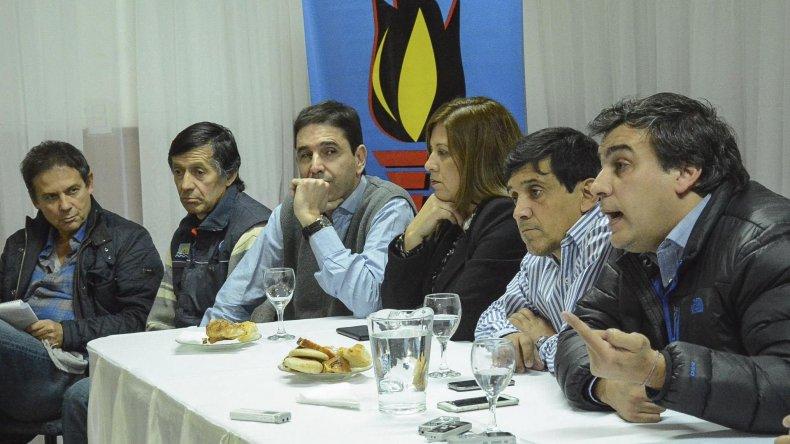 Facundo Prades reaccionó de manera efusiva contra quienes critican su gestión. En la mesa de cabecera estuvo acompañado entre otros por el diputado Eduardo Costa y los concejales Rubén Martínez