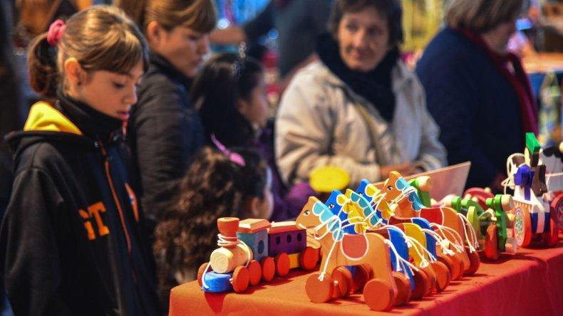 La segunda edición de la Feria de la Asociación de Artesanos de Comodoro Rivadavia y su Comarca presenta más de 60 stands para que los recorran personas y disfruten grandes y chicos.
