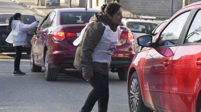 En los semáforos los voluntarios explicaron a los automovilistas los objetivos de la colecta anual.