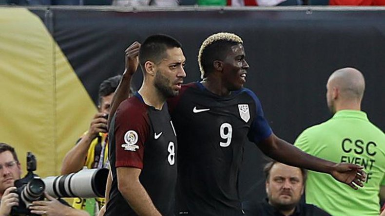 Clint Dempsey festeja su gol con Gyasi Zardes en el partido jugado anoche en el estadio Lincoln Financial Field de Philadelphia.