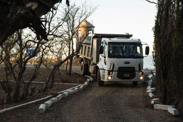 Camiones y máquinas viales circulan hoy por el interior del predio.