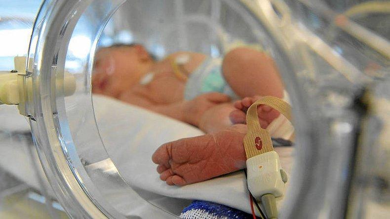 Un bebé se cayó de la incubadora y sufrió traumatismo de cráneo