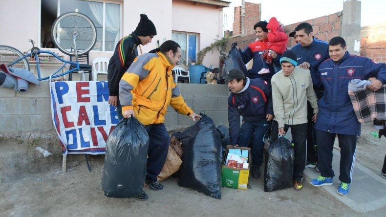 Integrantes de la Peña San Lorenzo asistieron con frazadas