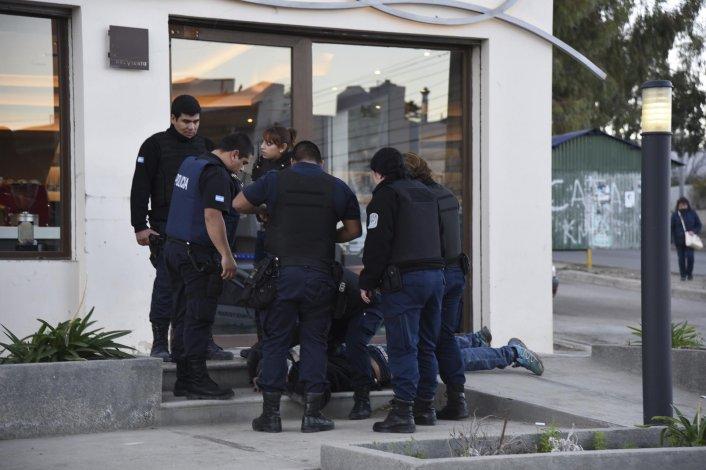 El hombre fue demorado afuera de una heladería. Los clientes fueron testigos de la detención luego de que tirara una réplica de una pistola Smith&Wesson M&P 40 debajo de una camioneta estacionada.