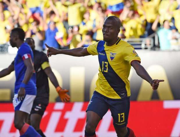 Enner Valencia festeja el primer gol de Ecuador.