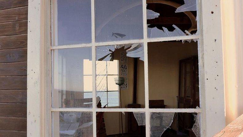 Se robaron la puerta y destrozaron cartelería en El Doradillo